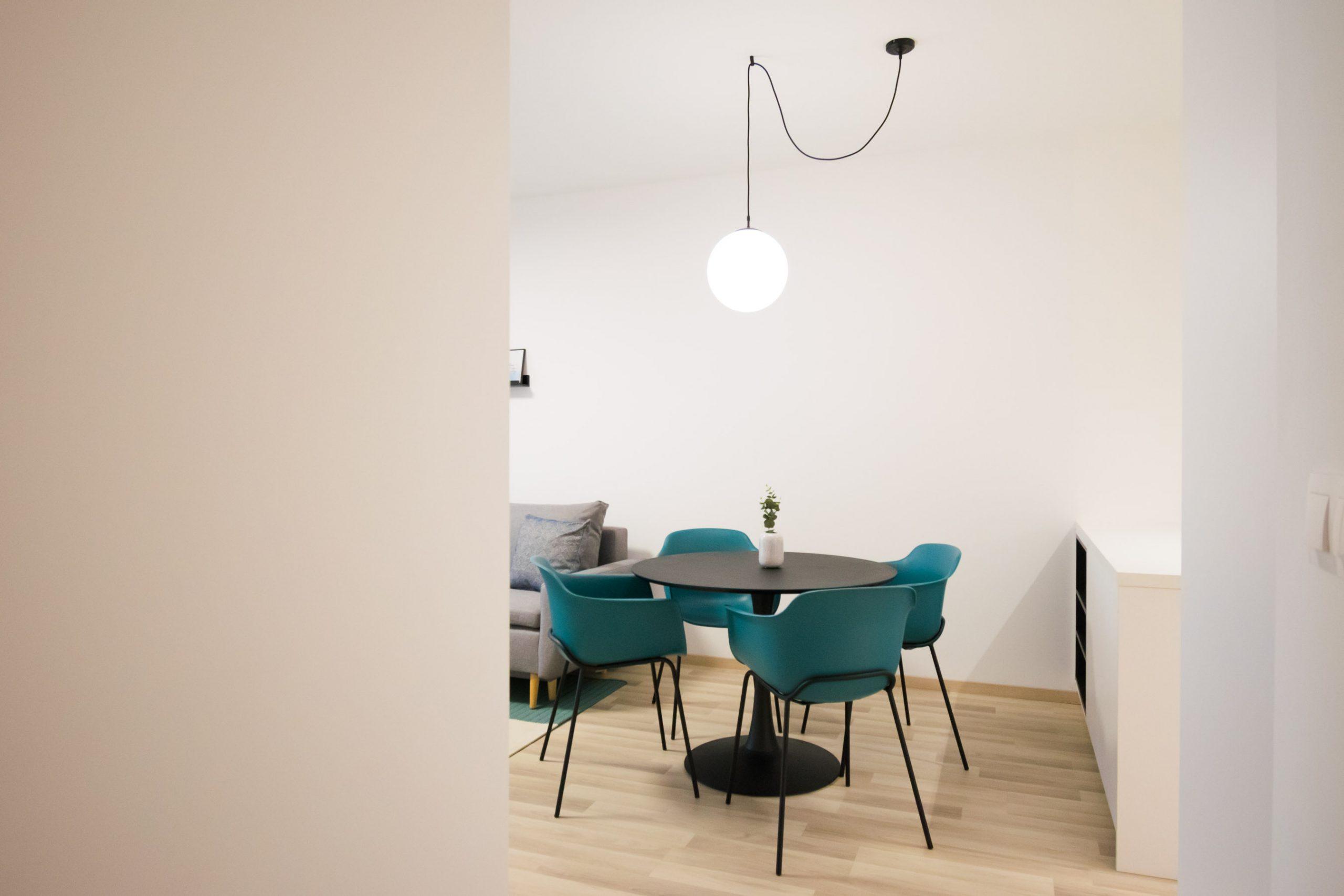 Interiér nájomného bytu, Bratislava, jedálenský stôl, VAUarchitects