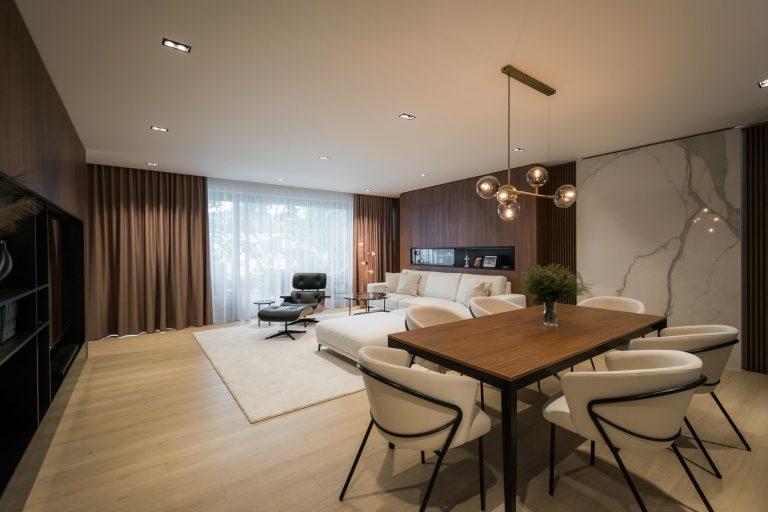 Interier 3-podlazneho RD, obyvacia izba, jedalensky stol, celkovy zaber, VAUarchitects