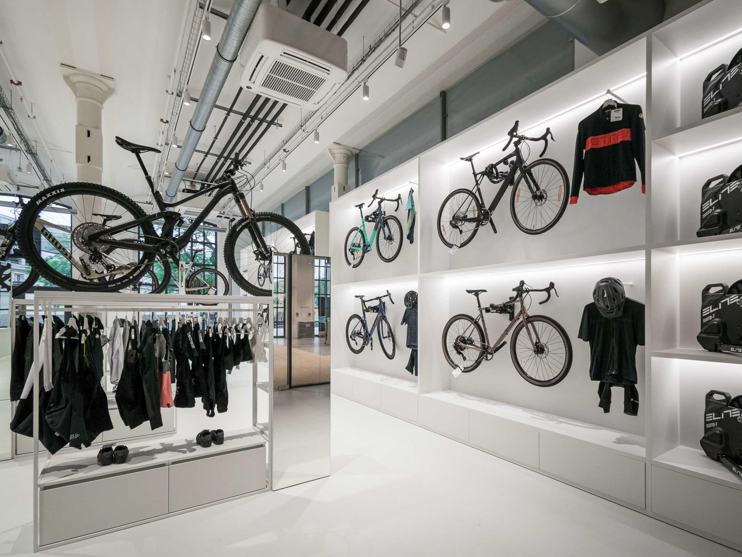 Showroom MTBIKER Bratislava, nábytok na mieru, bike wall, VAUarchitects