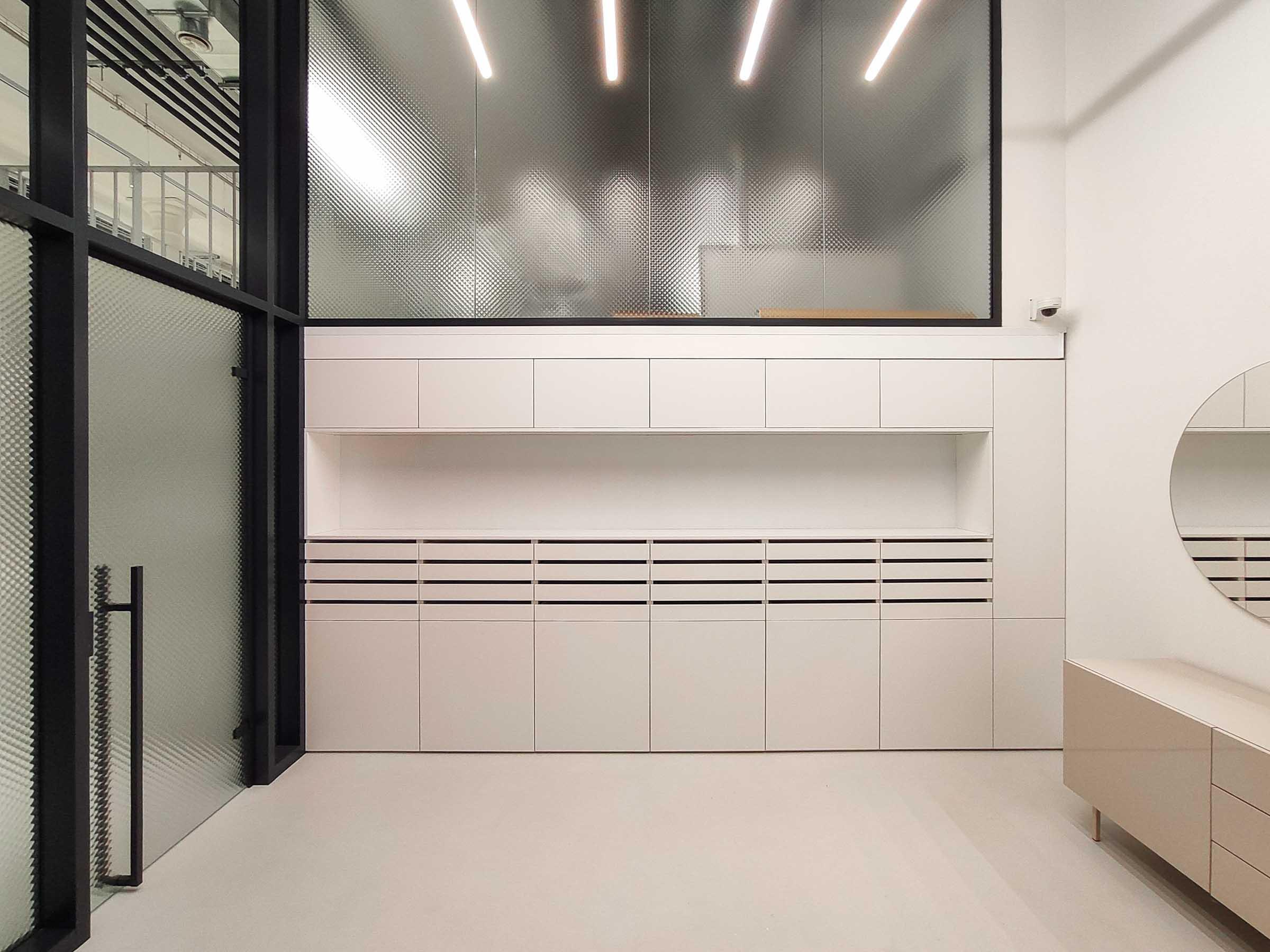 Showroom MTBIKER Bratislava, zasklená stena, dekoračné sklo, SGG Master-Soft, nábytok na mieru, VAUarchitects