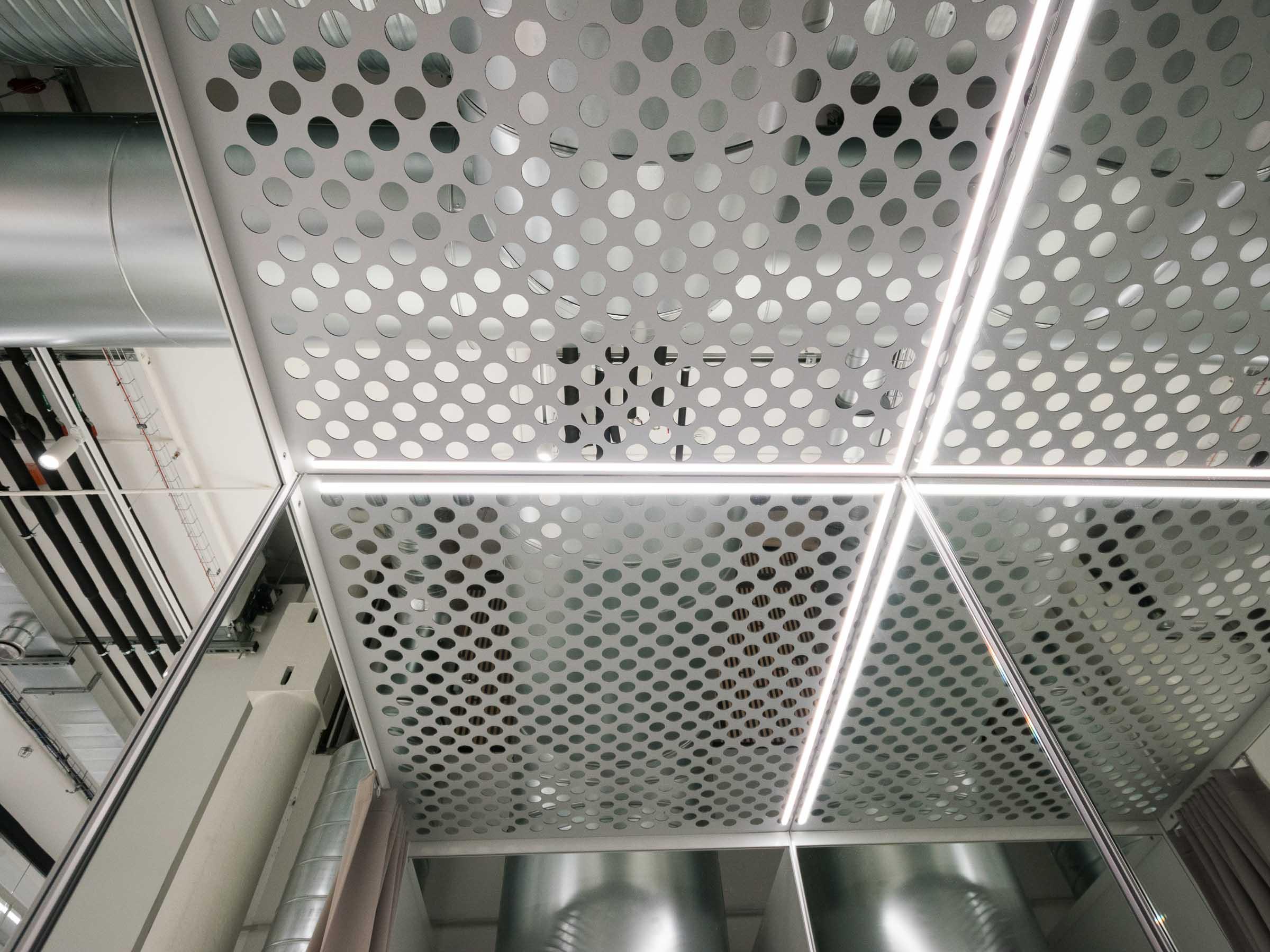 Showroom MTBIKER Bratislava, nábytok na mieru, skúšobné kabínky, LED podsvietenie, VAUarchitects