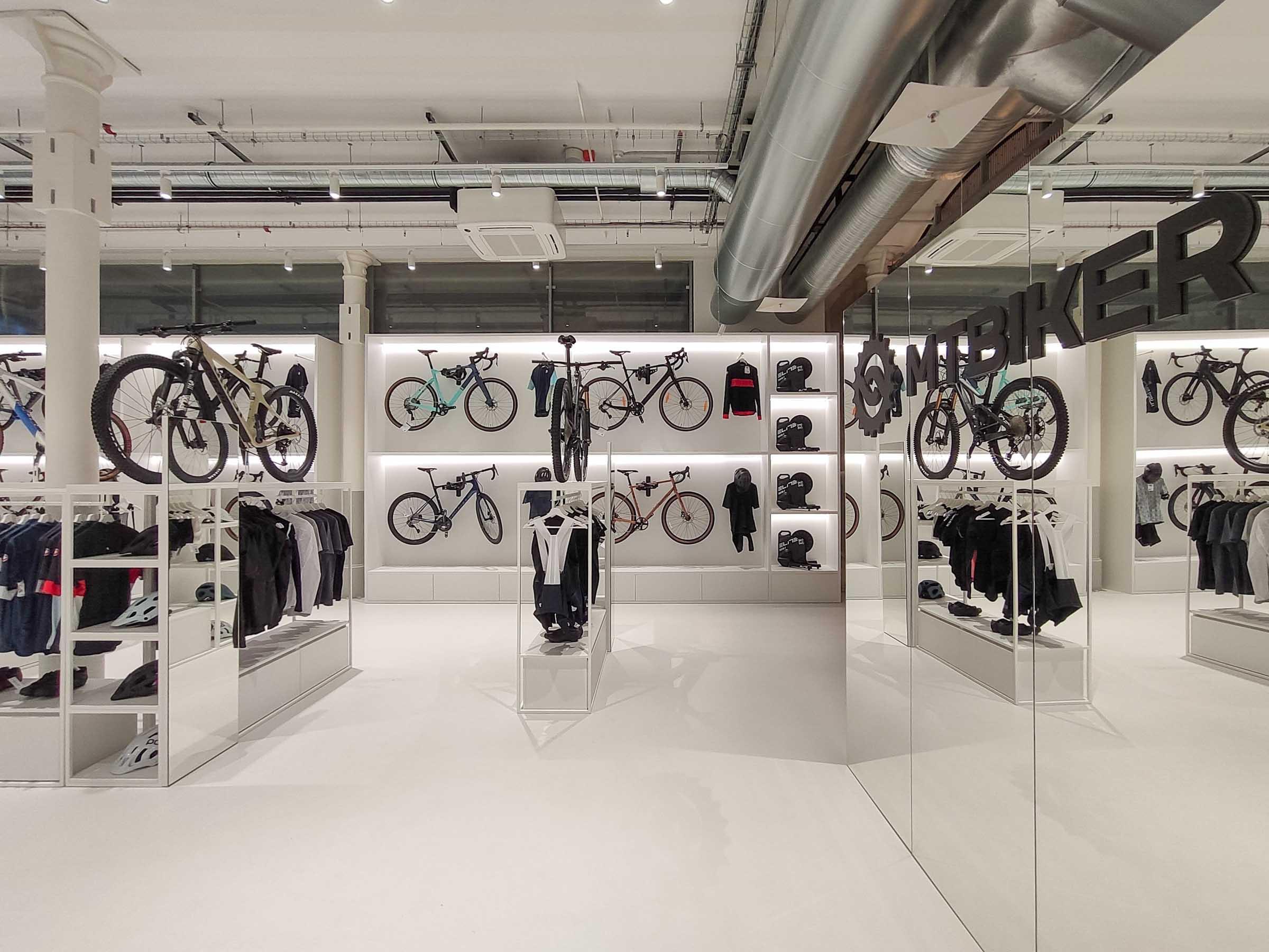 Showroom MTBIKER Bratislava, nábytok na mieru, bike wall, logo, zrkadlo, VAUarchitects