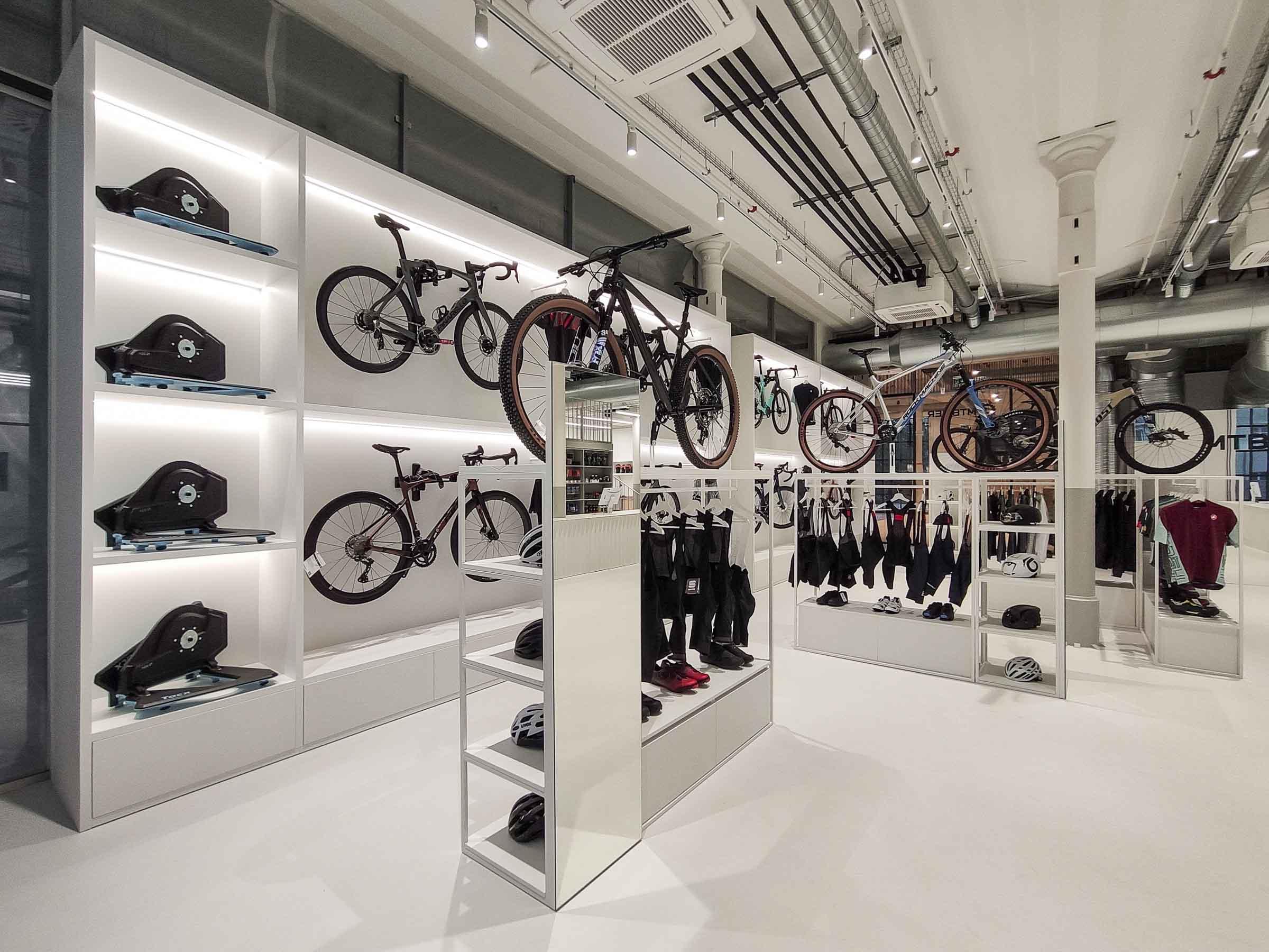 Showroom MTBIKER Bratislava, nábytok na mieru, bicyklová stena, VAUarchitects