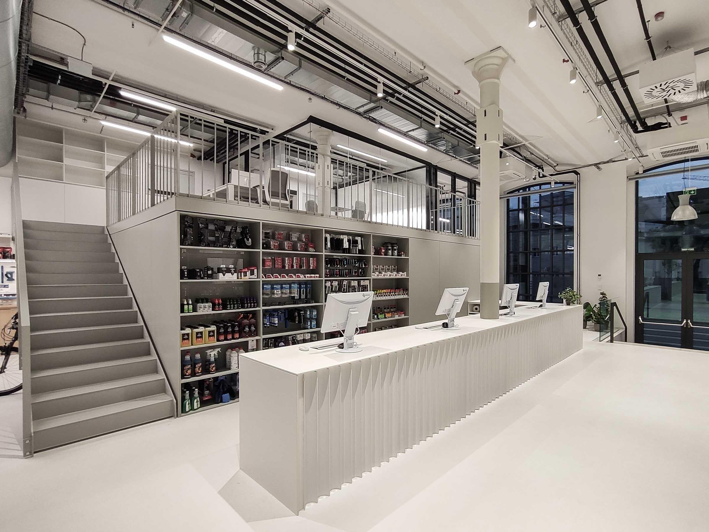 Showroom MTBIKER Bratislava, predajný pult, oceľová konštrukcia, VAUarchitects